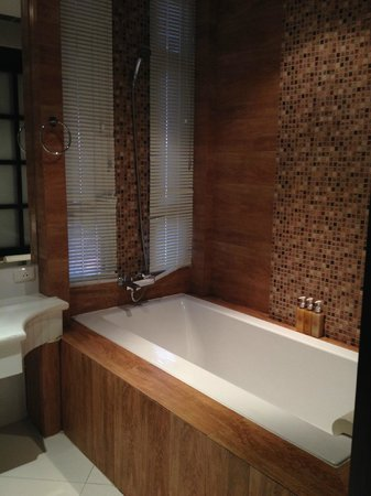 Rayaburi Hotel Patong: Superior (king size bed ) room, bathtub is clean