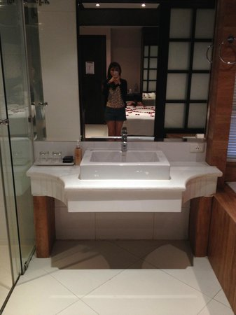 Rayaburi Hotel Patong: Superior (king size bed ) room, clean and spacious bathroom