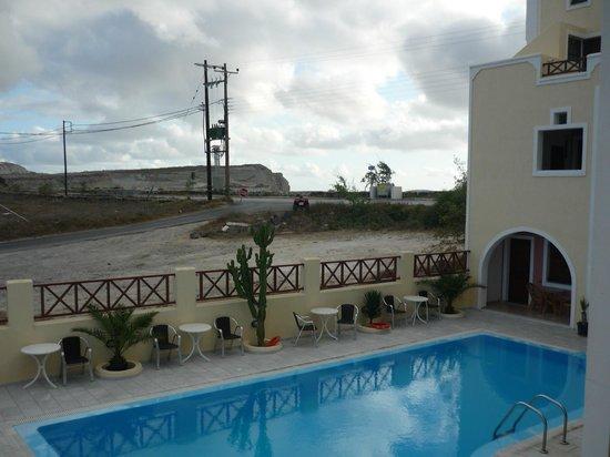 Astir Thira Hotel : Vista da varanda do quarto para piscina.