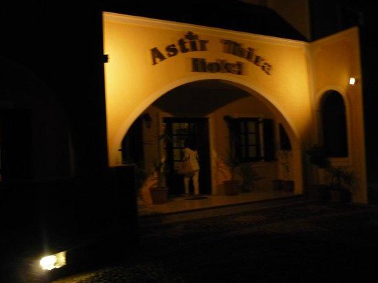 Astir Thira Hotel : Entrada do hotel à noite.