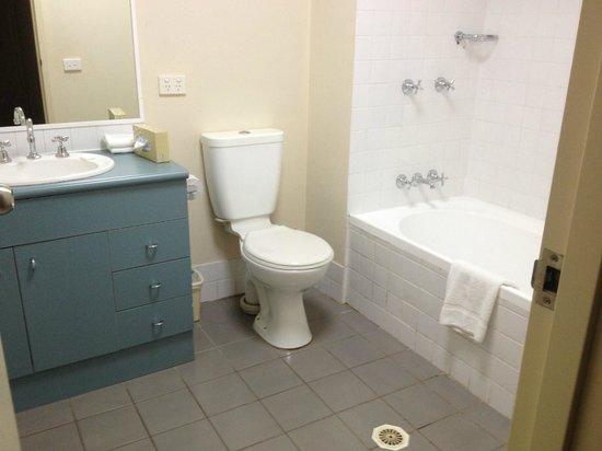 APX Apartments Parramatta: Second Bathroom