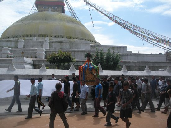 สถูปโพธานาฑ: Funeral procession around the stupa