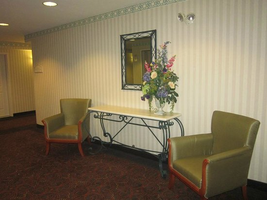 Hilton Garden Inn Palm Springs/Rancho Mirage: hallway table