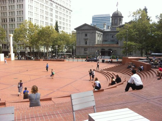 Pioneer Courthouse Square - ポ...