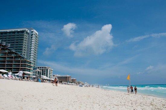 Hard Rock Hotel Cancun: The Beach and Pool Area
