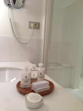 Alma Barcelona: All white bath rooms (seperate shower, toilet, washing and bath tub)with sound/smell insolation