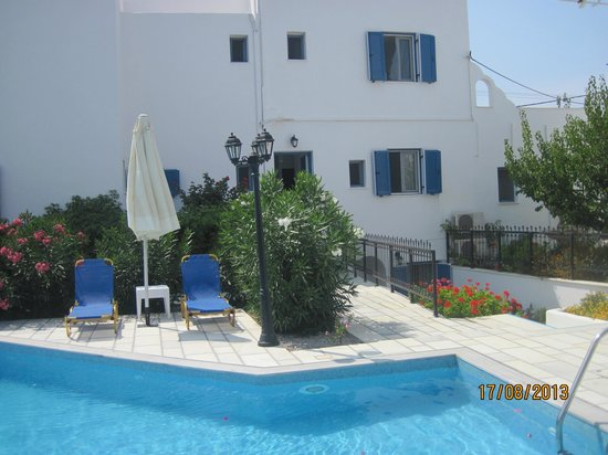 Ikaros Studios & Apartments: The swimming pool and our room at the second level