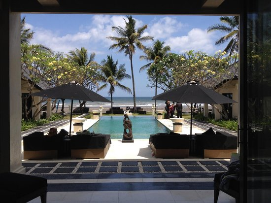 Villa Ylang Ylang: Pool and beach view