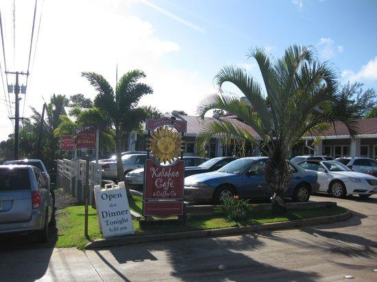 Kalaheo Cafe & Coffee Company: 駐車場が満車の場合は路肩で待ちます