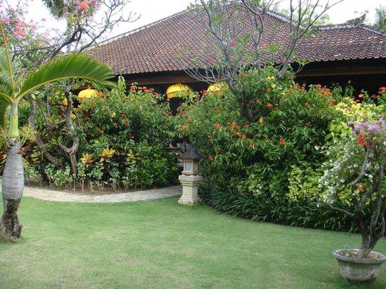 Matahari Beach Resort & Spa: Zugang Bungalow