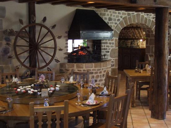 Le Chuchal : la salle du Chuchal avec cheminée