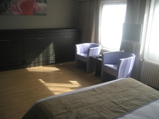 Ostend Hotel : recently renovated familyroom: there are 2 seperate beds for the kids hidden tin the closet
