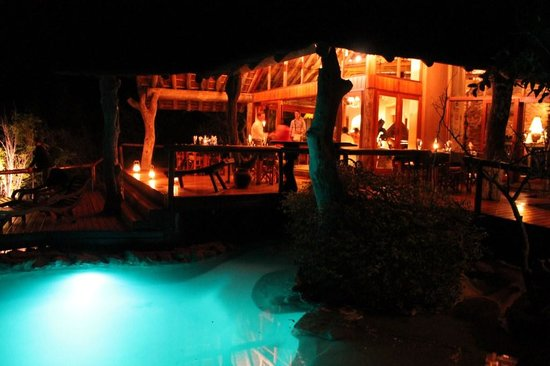 Nedile Lodge: Nedile at night