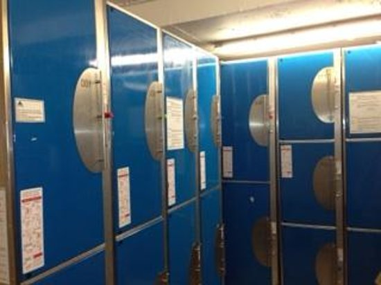 YHA London St Pancras: 地下のロッカールームの一部です。