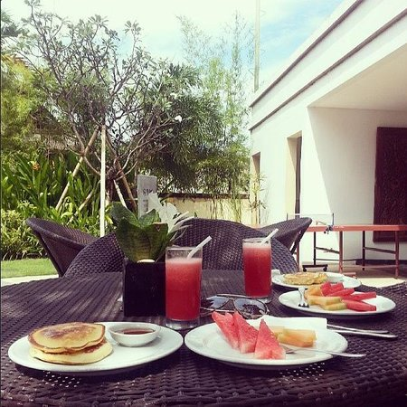 Villa Diana Bali: Brunch by the Pool