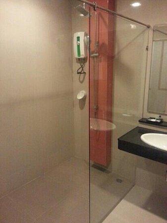Phi Phi Rimlay Cottage : pedazo de ducha...