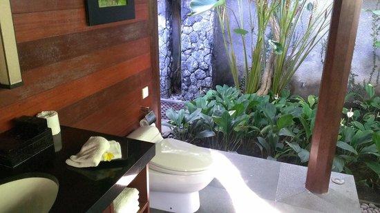 Kayumanis Ubud Private Villa & Spa: 烏布卡尤瑪尼斯酒店 洗手臺附有椅子 很方便化妝