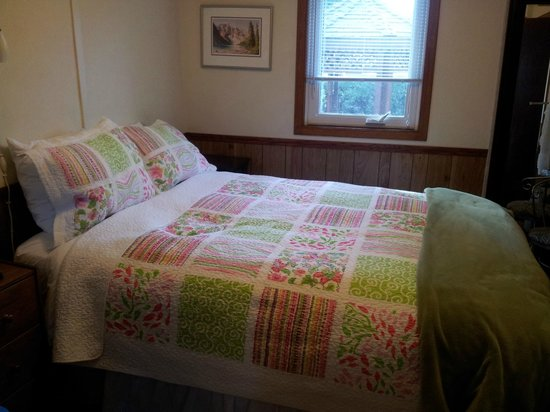 Banff Beaver Cabins: Main bedroom