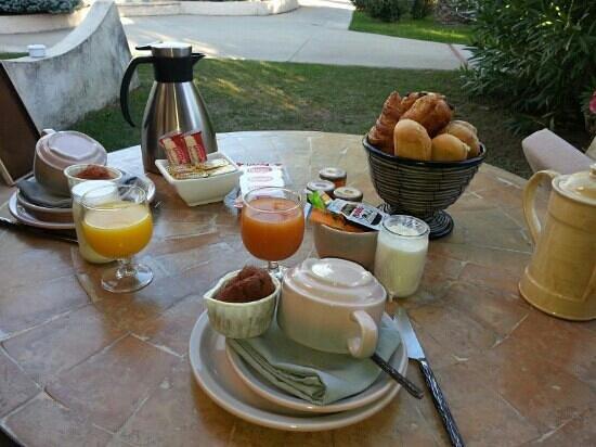 Le Spinaker Boutique Hôtel Spa Restaurant : petit dejeuner servi en terrasse...
