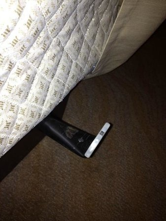 GALLERYone - A DoubleTree Suites by Hilton Hotel: Metal post sticking out from under bed that dont push in.