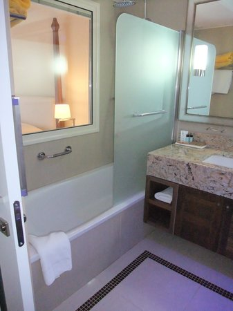 Alexander The Great Beach Hotel: Bathroom