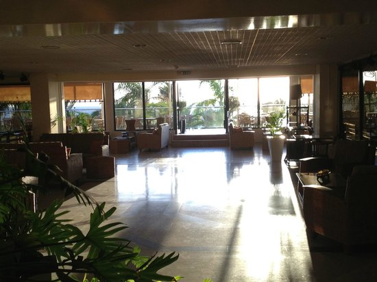 Queen's Bay Hotel: Lobby / bar area