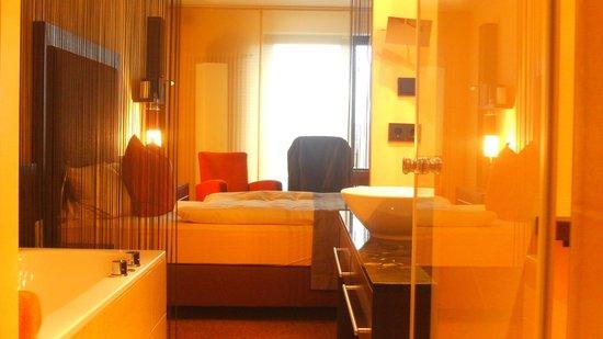 Atrium Hotel Mainz: Blick durchs Bad ins Zimmer