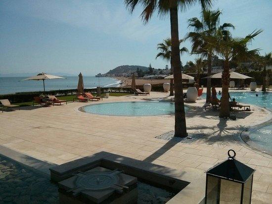 Mövenpick Hotel Gammarth Tunis : Piscine depuis le restaurant le Breeze