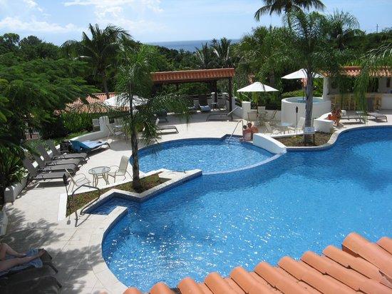 Sugar Cane Club Hotel & Spa: Pool area from the restaurant-bar