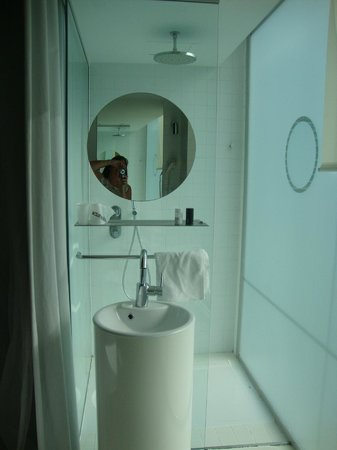Hotel Acta Mimic: curtained shower/sink