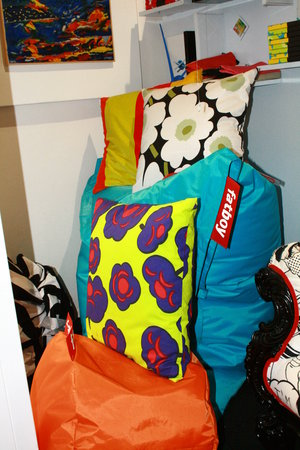 Pavart: Dettaglio cuscini del marchio Marimekko e Fatboy