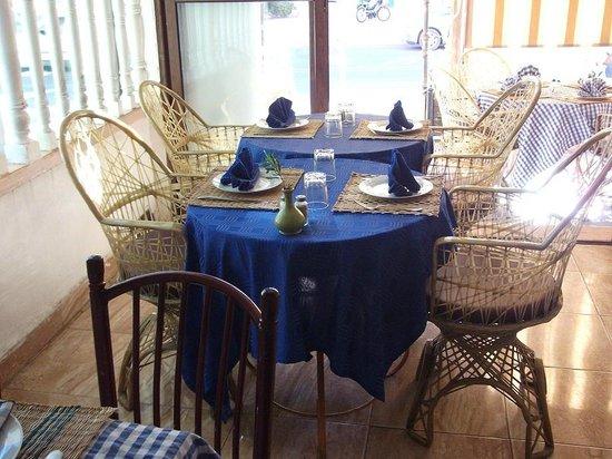 Chez Nabil: Petites tables bleus du restaurant