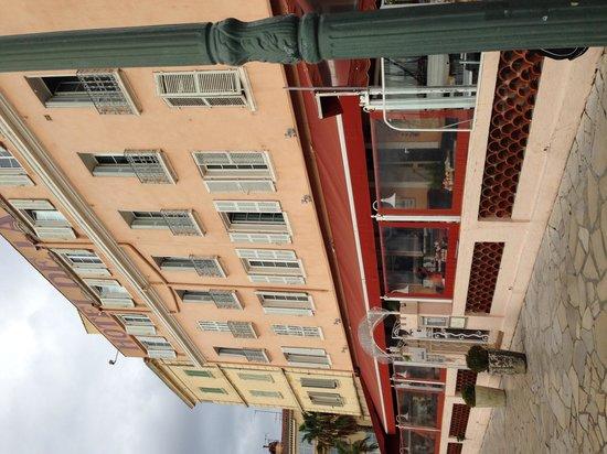 Hôtel Restaurant de la Tour : facade de l'hôtel côté mer