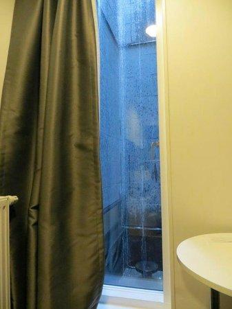 """Ibis Styles Stockholm Odenplan : """"Aussicht"""" aus dem Kellerzimmer"""