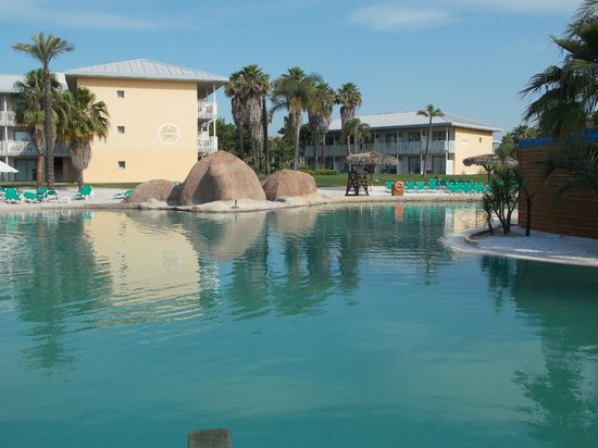 PortAventura Hotel Caribe: Other side of sandy pool