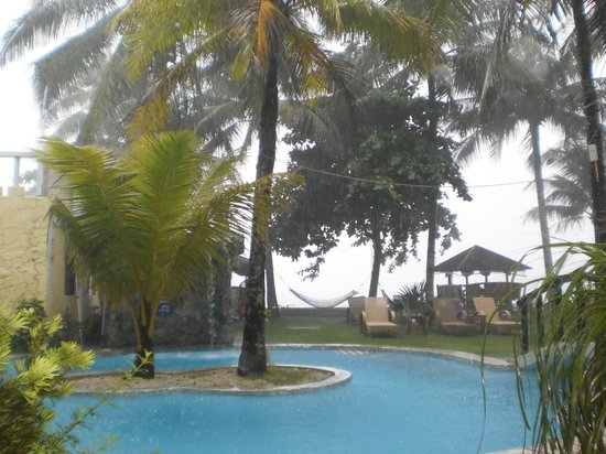 Paradise Bay Beach & Watersport Resort: taken infront our room while raining :)