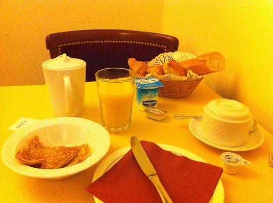 Hotel Cyrnos : Petit déjeuner bien garni !