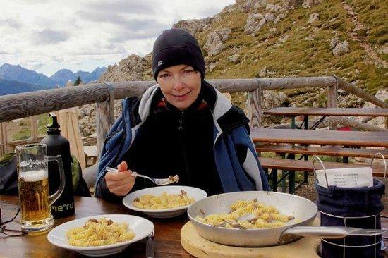 Rifugio Roda di Vaèl : Wind um die Nase,da schmeckts !