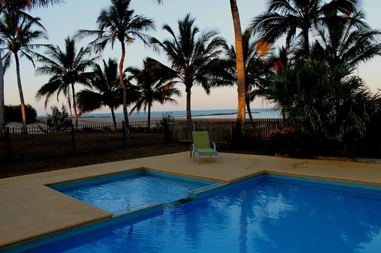 Sarina Beach Motel: pool right by the beach, what more could you want!
