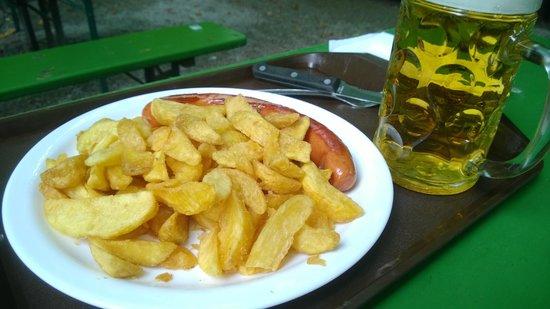 Restaurant am Chinesischen Turm : Beer garden - sausage and chips