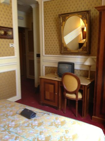 Champagne Garden Hotel: Tiny TV