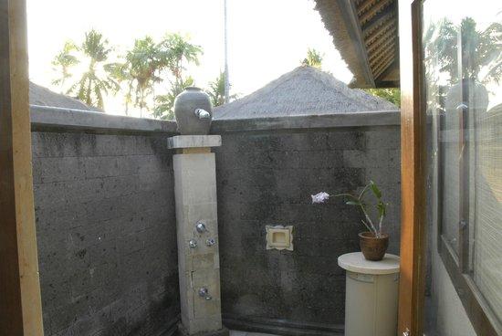Puri Bagus Lovina: douche extérieure de la chambre