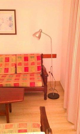 Apartamentos El Palmar: shabby living room/dining room