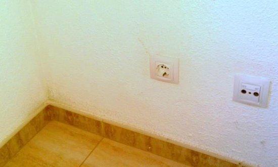 Apartamentos El Palmar: black mold in bedroom causing immed. symptoms in me