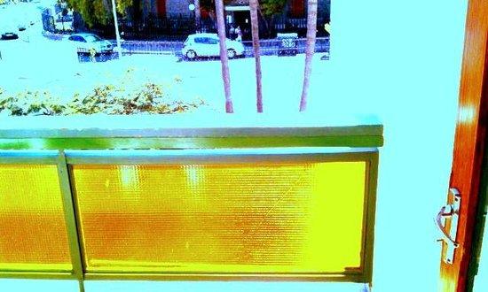 Apartamentos El Palmar: many balcony glass barriers are cracked glass
