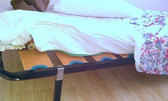 Apartamentos El Palmar: tiny child size single beds of cheapest sort