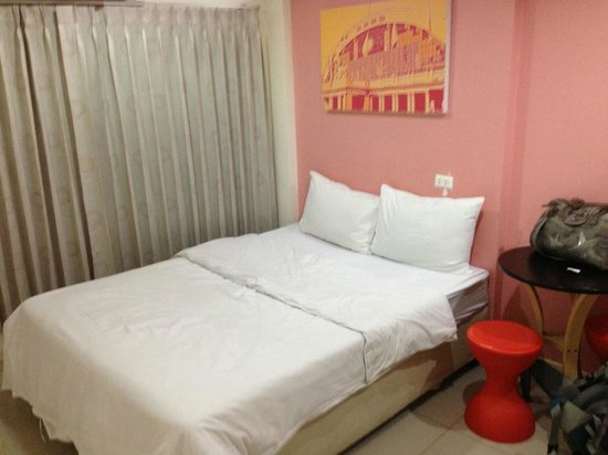 At Hua Lamphong Hostel: Room