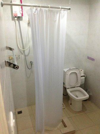 At Hua Lamphong Hostel: Bathroom