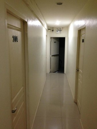At Hua Lamphong Hostel: Aisle