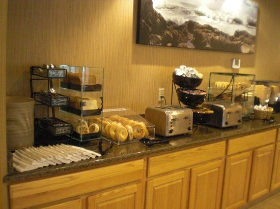 Rockport Inn and Suites: Breakfast included - self serve, waffles & omelet to order